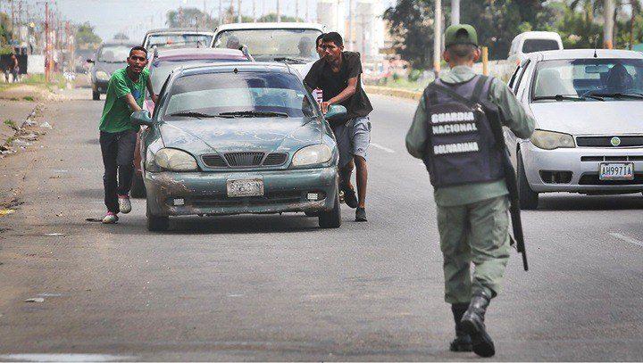 La severa restricción de la gasolina en las ciudades contrasta con el suministro regular en las zonas mineras