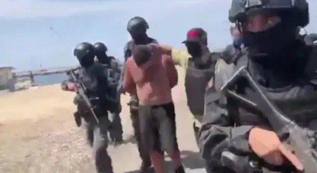 Soldados venezolanos trasladan a uno de los detenidos por las incursiones en territorio controlado por el régimen de Nicolás Maduro (TV/Handout via REUTERS)