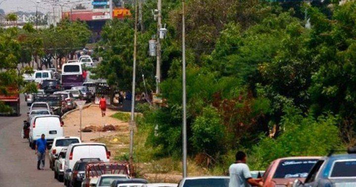 Caracas sin colas para echar gasolina y en las regiones poca gasolina y  largas colas - Emisora Costa del Sol 93.1 FM