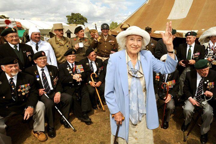 Vera Lynn, en 2009, en una reunión, en Kent, Inglaterra, con veteranos de la II Guerra Mundial