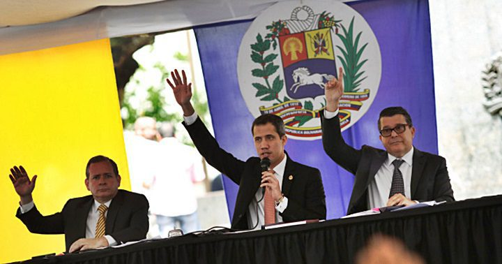 El presidente de la Asamblea Nacional de Venezuela Juan Guaidó, con el primer vicepresidente Juan Pablo Guanipa y el segundo vicepresidente Carlos Berrizbeitia en una plaza en Caracas. REUTERS / Manaure Quintero