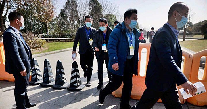 Representantes chinos salen de un hotel donde se alojan miembros del equipo de la Organización Mundial de la Salud (OMS) encargados de investigar los orígenes de la enfermedad por coronavirus (COVID-19), en Wuhan, provincia de Hubei, China, el 29 de enero de 2021. REUTERS / Thomas Peter
