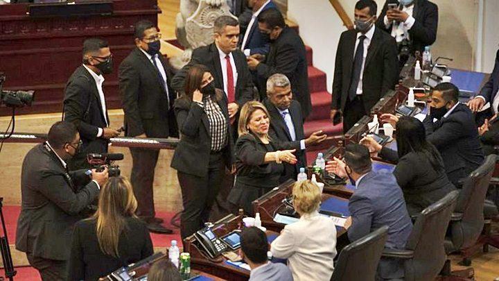 Los nuevos magistrados de la Sala de lo Constitucional saludaron a los congresistas tras ser juramentados en sustitución de los miembros destituidos. | GETTY IMAGES