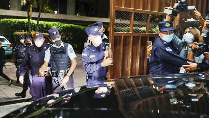 Policías permitieron la entrada de los nuevos magistrados a las instalaciones de la CSJ. | REUTERS