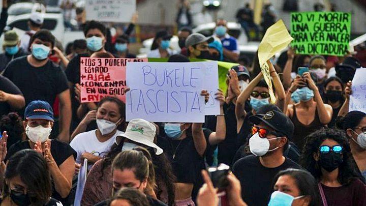 Este domingo, salvadoreños se manifestaron contra la destitución de los magistrados de la CSJ y del fiscal general | GETTY IMAGES